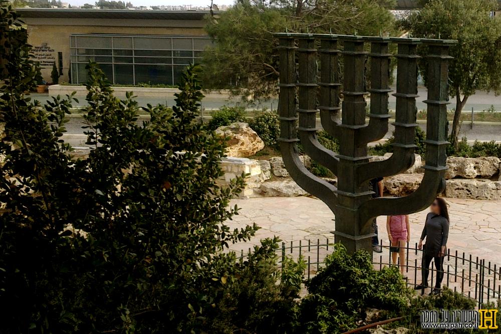 המנורה בחצר כנסת ישראל בגבעת רם ירושלים - צילום: אפי אליאן