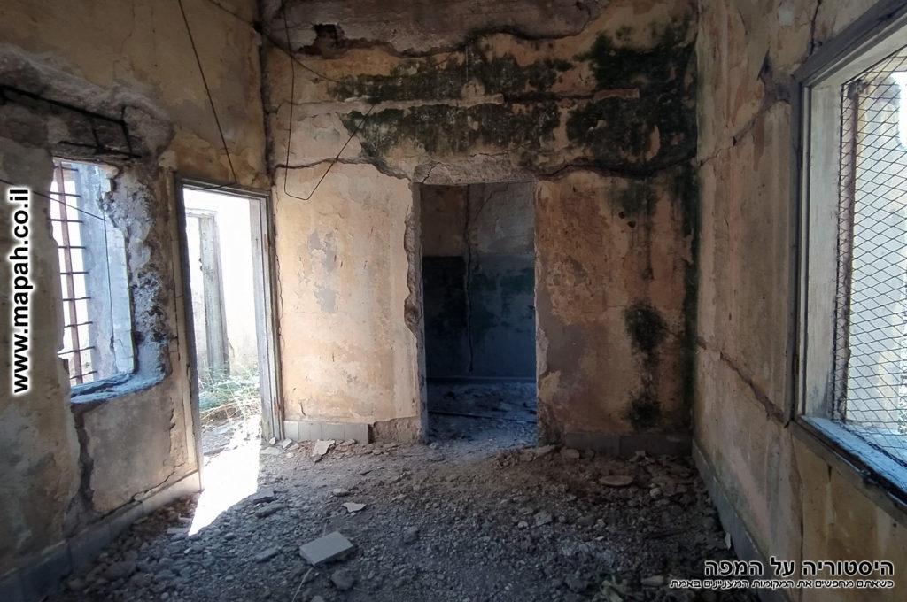 חדר המגורים ובקצה החדר חדר מקלחת ושירותים - צילום: אפי אליאן