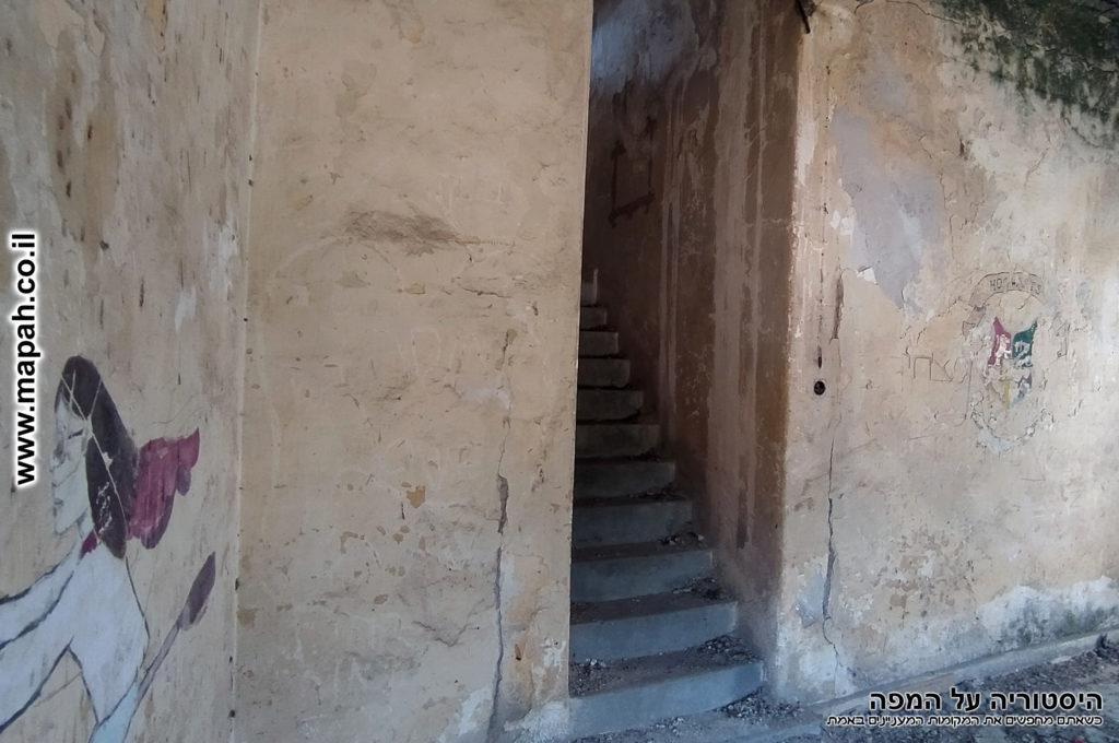 מדרגות לקומה השניה של בניין משטרת באטאני - צילום: אפי אליאן