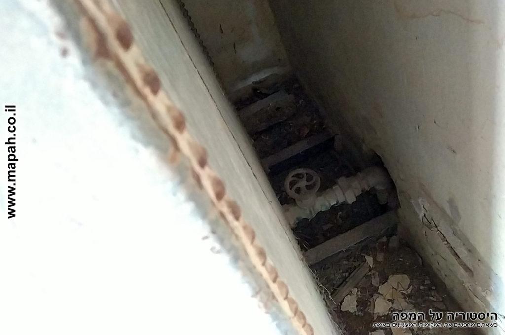 מיכל המים בקומה השניה וברז בתחתית - צילום: אפי אליאן