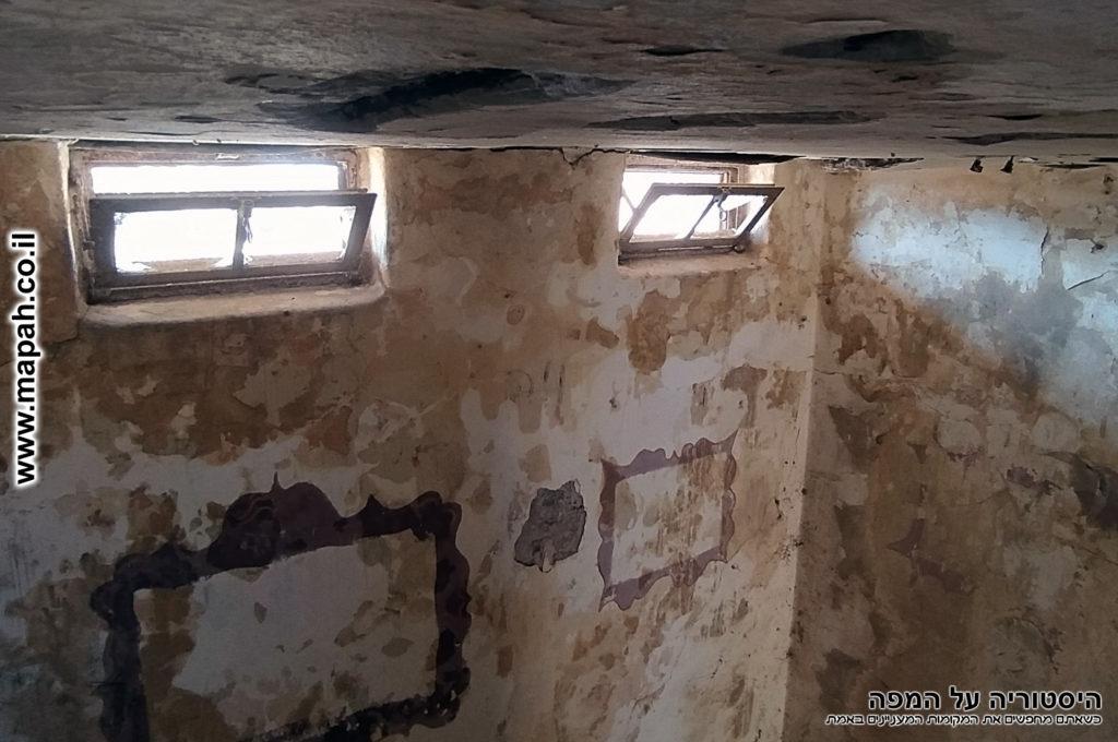 פתחי החלונות בקומת הביניים - משטרת באטאני - צילום: אפי אליאן