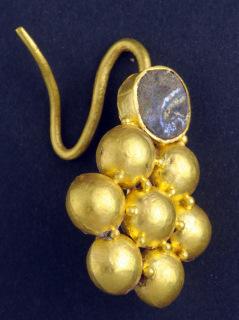 עגיל זהב שנמצא במטמון ליד קרית גת - צילום: רשות העתיקות
