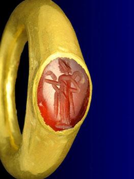טבעת זהב שאותרה באתר ארכיאולוגי ליד קרית גת - צילום: רשות העתיקות