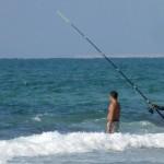 דייגים בחוף הים בניצנים - צילום: אפי אליאן