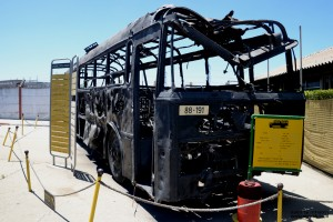 השלד המפויח של אוטובוס הדמים במוזיאון הרכב ההיסטורי - צילום: אפי אליאן