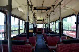 זוכרים את המושבים האדומים? אוטובוס עירוני במוזיאון אגד - צילום: אפי אליאן