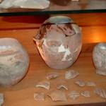 כדים ופריטי חרס עתיקים המוצגים במכון האפיפיורי למחקר - צילום: אפי אליאן