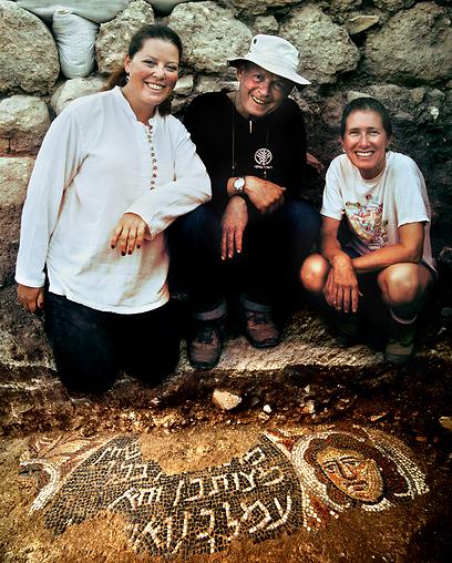 """מנהלי החפירה - פרופ' ג'ודי מגנס, ד""""ר דוד עמית ושועה קיסילביץ - ליד הפסיפס. צילום: ג'ים הוברמן"""