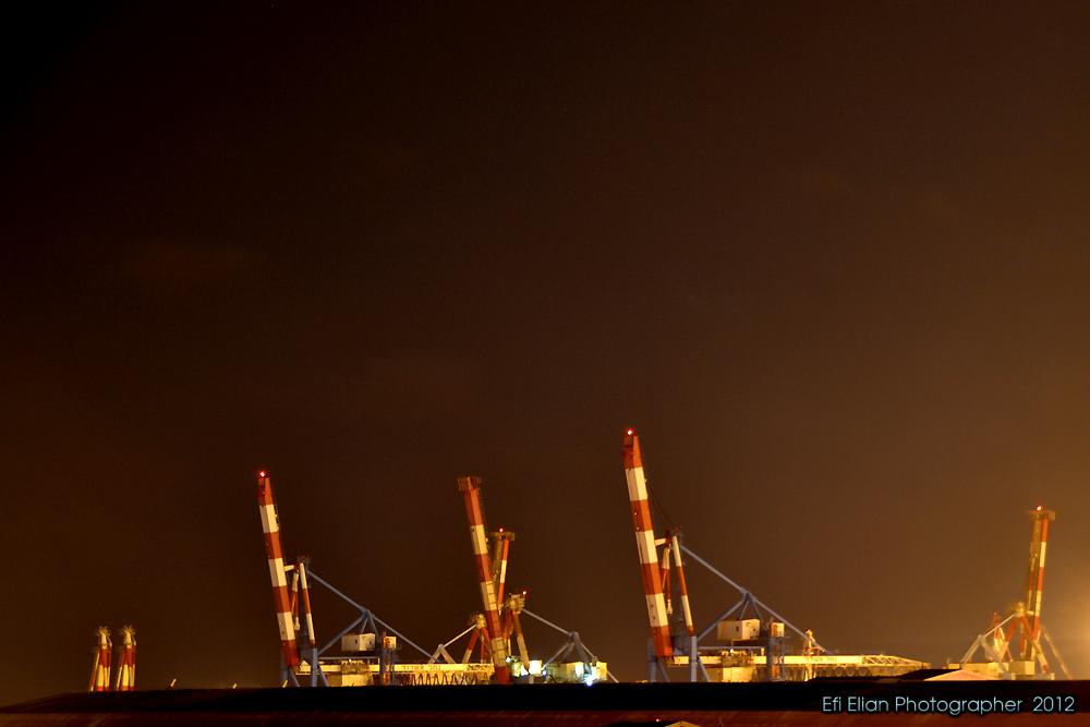 מנופי הנמל של נמל אשדוד בעת פעילותם הלילית - צילום: אפי אליאן