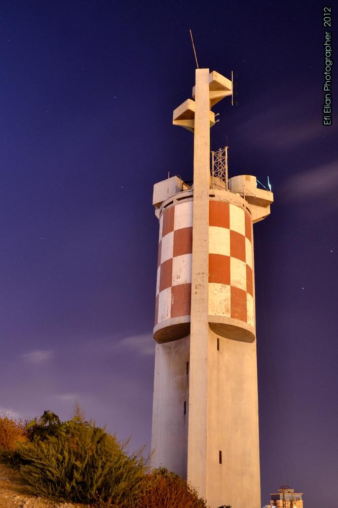 מבט ממערב למזרח על המגדלור בגבעת יונה באשדוד - צילום: אפי אליאן