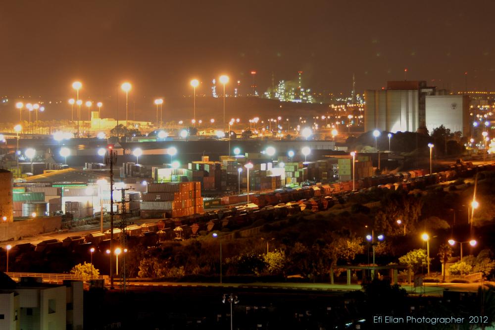 קרונות רכבת העומדים בשורה בנמל אשדוד מול גבעת יונה - צילום: אפי אליאן