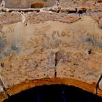 כיתוב מעל מה שנראה כשער הכניסה לאחוזת הקבר המרכזית