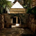 מבט מהחצר החיצונית לעבר הפנימית ושער הכניסה