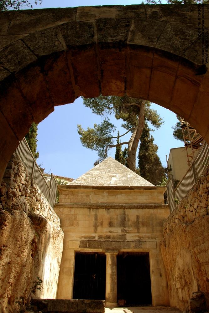 מבט לכניסה הפנימית של קבר יאסון והראש המחודד של המערה.