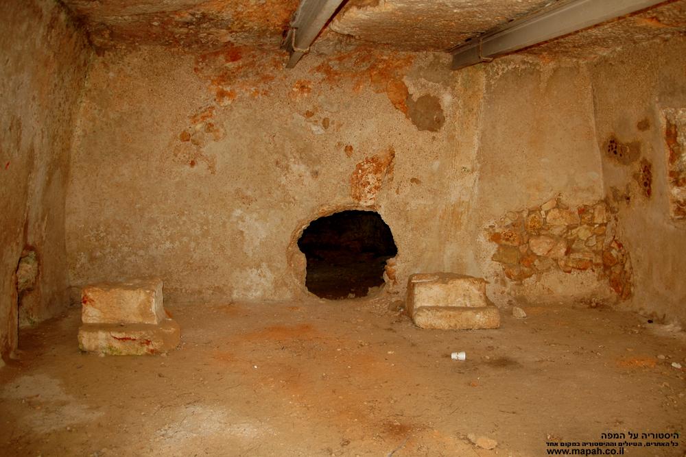 מבט לתוך המערה הראשונה, ישנם 2 פתחים המובילים לחדרים נוספים