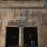 השער ועמוד התמיכה של קבר יאסון ברחוב אלפסי 10 ירושלים
