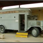 """אוטובוס ממוגן המוצג לקהל במוזיאון בתי האוסף של צה""""ל"""