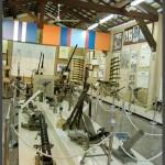 """תצוגת כלי נשק בביתן התותחים במוזיאון בתי האוסף של צה""""ל"""