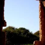 מבט דרך אחד מהחלונות הגדולים של חירבת סמארה