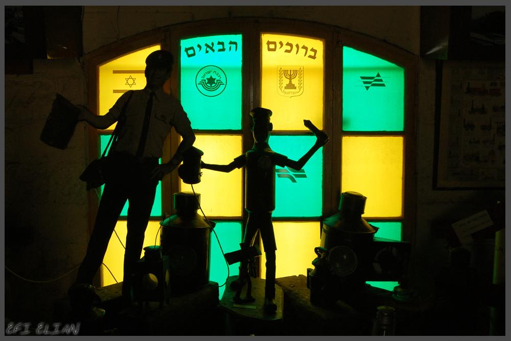 שלט פסיפס זכוכית בכניסה למוזיאון הרכבת