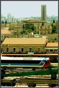 הכלים המוצגים במוזיאון, מבנה התחנה והנוף מאחור של חיפה