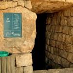 הכניסה למערת מעיין עין הסטף עם שילוט במקום