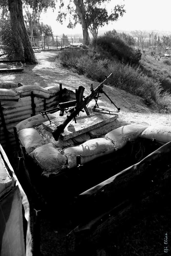 מקלע קל מעל תעלות ההגנה בגבעה הדרומית של יד מרדכי