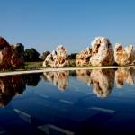 השמות במרכז הבריכה והסלעים מסביב