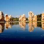 הסלעים ובריכת המים באתר הזכרון