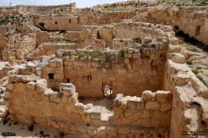 מהמדרגות הדרומית לעבר החדרים ובית הכנסת במזרח המבצר
