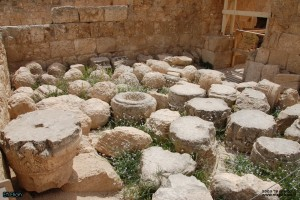 שרידי עמודים וראשי עמודי שיש בהרודיון