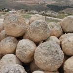 """סלעים כדוריים ששימשו ככה""""נ לתקיפת העיר"""