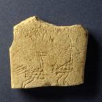 כלי עצם חרוט עם איורים שנמצא בעין ציפורי - צילום: קלרה עמית, רשות העתיקות