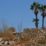 שרידי מבנה על חלקו העליון של תל יבנה