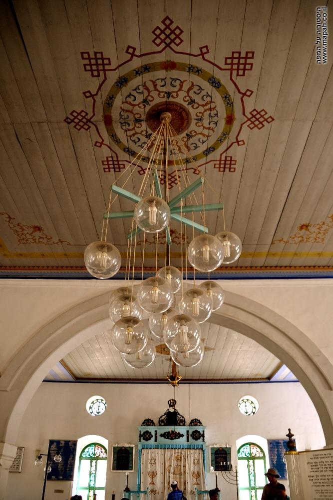 נברשת הענק בתקרת בית הכנסת מקווה ישראל