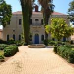 """רחבת בית הכנסת של בי""""ס מקוה ישראל"""