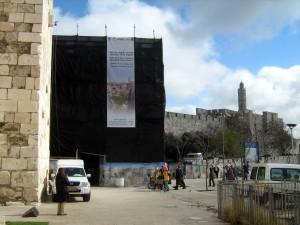 שער יפו מכוסה בעת הקמת הפיגומים - צילום: אבי משיח - רשות העתיקות