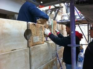 עובדים על שיפוץ ושימור שער האריות - צילום: אבי משיח - רשות העתיקות