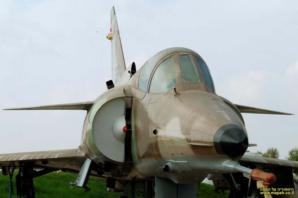 מטוס הכפיר בכניסה למוזיאון חיל האויר בחצרים
