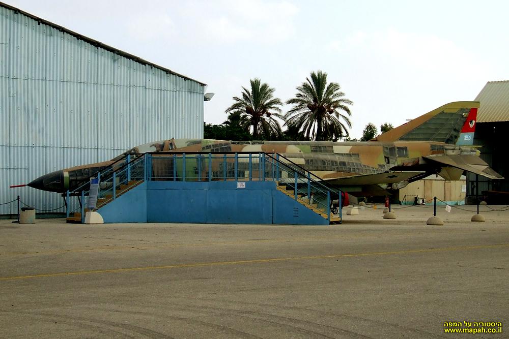 מטוס הקורנס 2000 (פאנטום) שבחציו שקוף)
