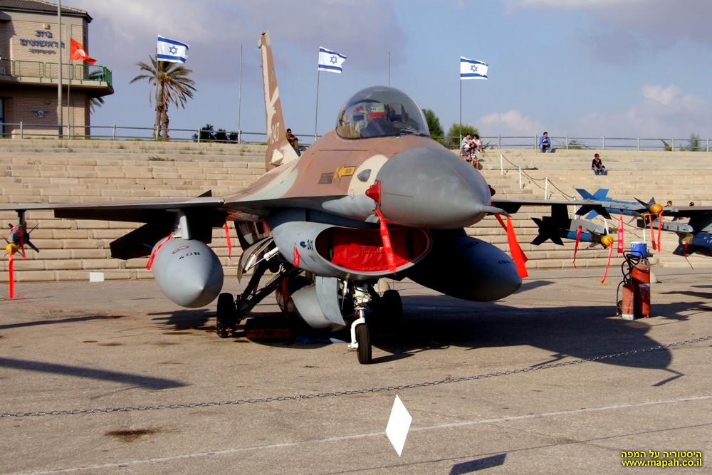 מטוס F16D של חיל האויר הישראלי בתצוגה זמנית במוזיאון חצרים