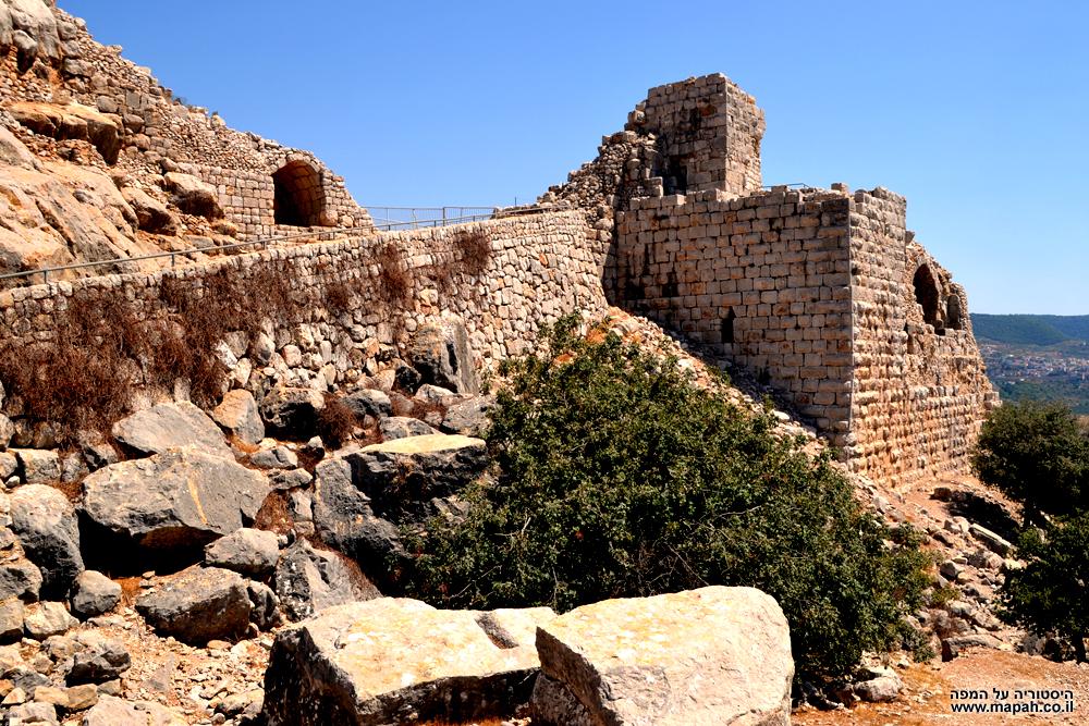 המגדל המערבי של מבצר נמרוד ודרך הגישה אליו