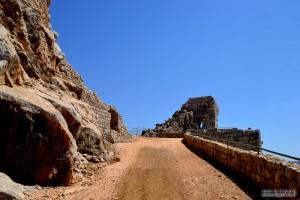 הדרך העולה אל המגדל המערבי של מבצר נמרוד