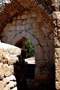 נכנסים פנימה חומות קשתות ומבנים בתוך קלעת נמרוד