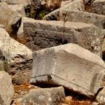 חלקי אבנים וחומות שהתמוטטו במרוצת השנים