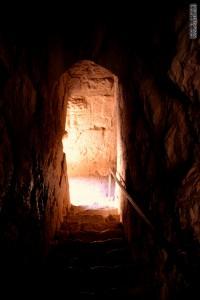 המנהרה המובילה לבריכת המים בקלעת נמרוד