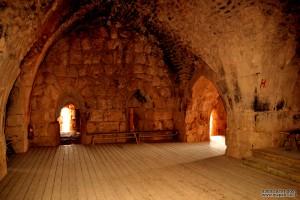 אחד מהאולמות השוכנים מתחת למגדלי השמירה במבצר נמרוד