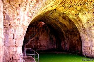 בריכת המים והקשתות של מבצר נמרוד