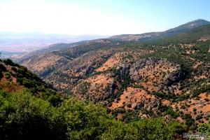 רכס ההרים הטבעי ממזרח למצודה