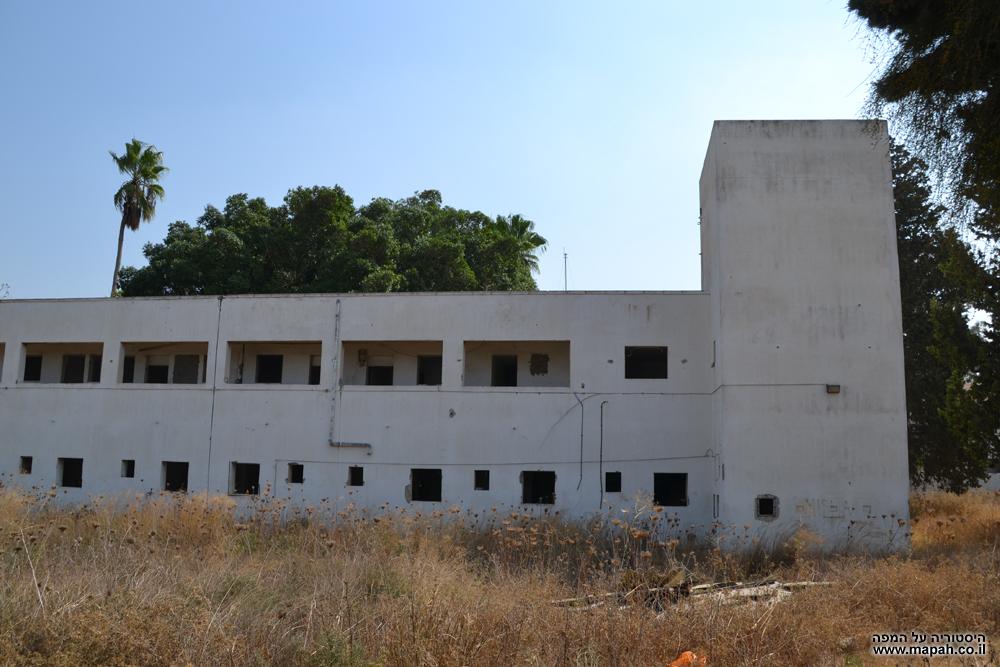 בקומה הראשונה מגורים אירעיים ובשנייה משרדים